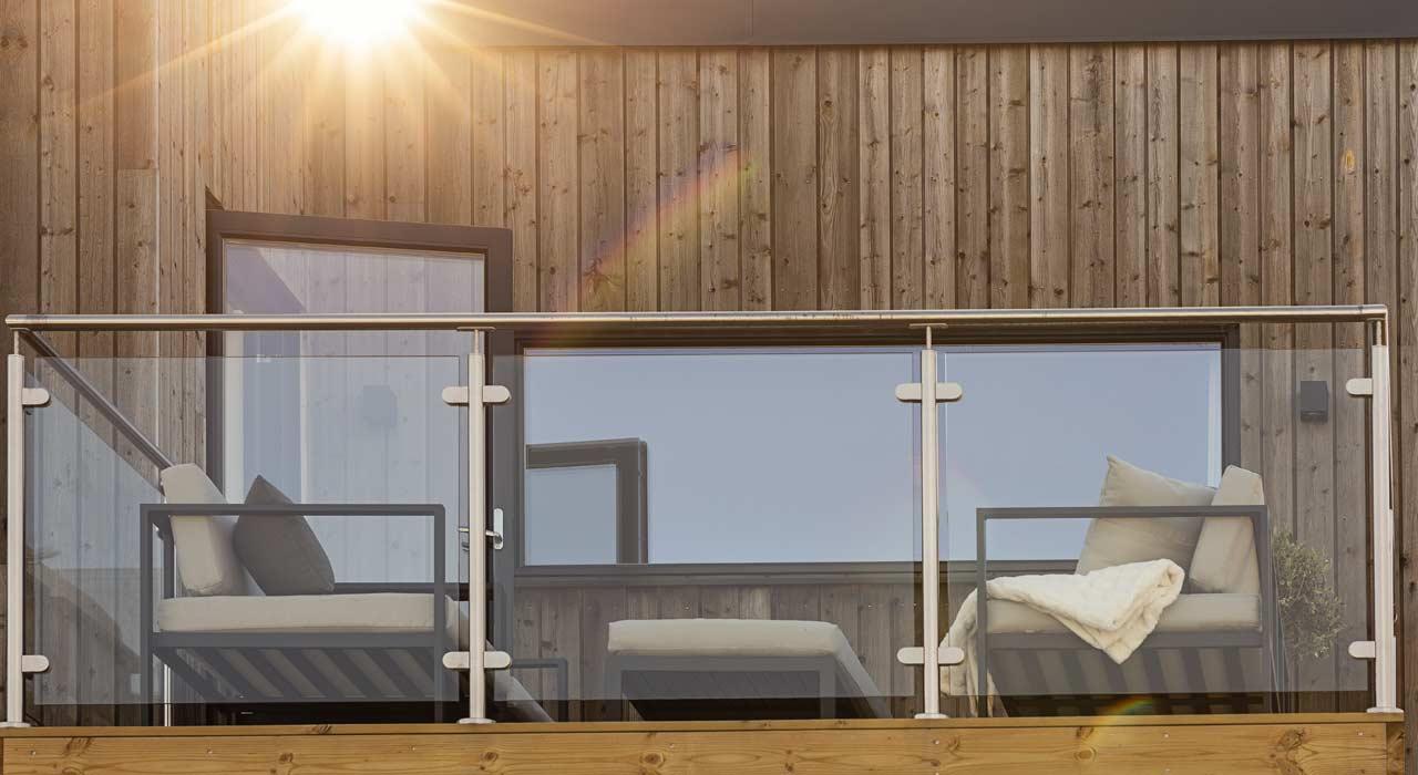 Nymonterade fönster på trävilla