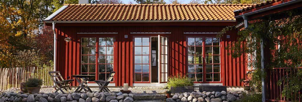 röd villa med spröjsade fönster